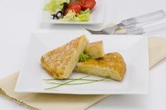 Spansk kokkonst. Spansk omelett. Tortilla de patatas. Fotografering för Bildbyråer