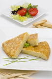 Spansk kokkonst. Spansk omelett. Tortilla de patatas. Arkivfoton