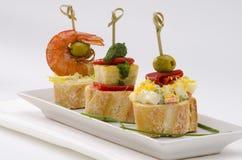 Spansk kokkonst. Tapas. Magasin av montaditos. Royaltyfri Bild