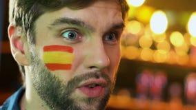 Spansk manlig fan som gör facepalmgesten, rubbning om den förlorande leken för favorit- lag lager videofilmer