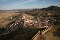 Spansk by och dess medeltida vägg Arkivfoto