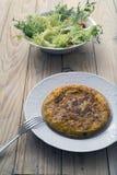 Spansk omelett och sallad Royaltyfria Bilder
