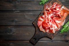 Spansk skinka på skärbrädan royaltyfri bild