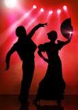 Spanska flamencodansarepar på rosa färgetapp Arkivbild