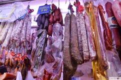 Spanska korvar i marknad Arkivbilder