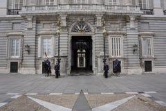 Spanska kunglig personvakter på den huvudsakliga ingången av Palacioen som är verklig i Madrid royaltyfria foton