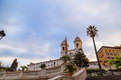 Spanska moment p? Piazza di Spagna och den Trinita deiMonti kyrkan fotografering för bildbyråer