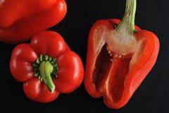 Spanska peppar per helhet och halverat royaltyfria bilder