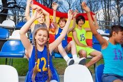 Spanska sportfans som stöttar deras lag Arkivbild