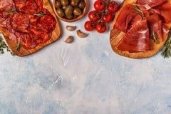 Spanska tapas med chorizoen, jamon, picknicktabell Arkivbilder