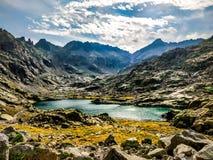Spanskt berg med sjön royaltyfri foto