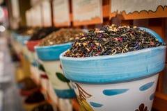 Spanskt te på en marknad i staden av Cordoba arkivbild