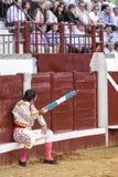 Spanskt tjurfäktareJuan Jose Padilla sammanträde i burladeroen med två flaggor i assistenten, som tidigare är till, i är royaltyfria bilder