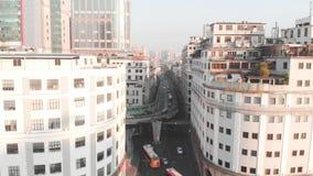 Spanwijdtehommel tussen gebouwen die de weg overzien op twee niveaus stock videobeelden