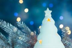 Spar en de zilveren tak van de Kerstmisboom op vage vakantie lig Royalty-vrije Stock Afbeelding
