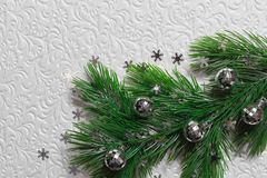 Spar met Kerstmisspeelgoed op de witte achtergrond Royalty-vrije Stock Afbeelding