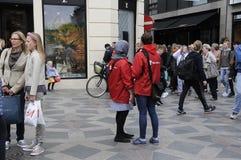 SPARA BARNARBETAREN I RÖTT OMSLAG Arkivfoto