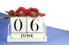 Spara den retro wood kalendern för datumtappning för Juni 6, årsdag för dag D 70th Arkivbilder