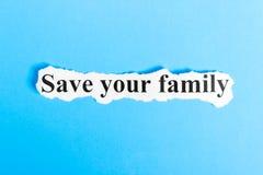 Spara din familjtext på papper Uttrycka räddningen din familj på ett stycke av papper text för rest för bild för com-begreppsfigu arkivbild