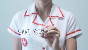 SPARA DIN HÄLSA, kvinnlig doktorshandstil på den genomskinliga skärmen stock video