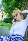 Spara din tid med att shoppa direktanslutet Fördelar för ockupation för försäljningschef Flickan sitter gräs med anteckningsboken arkivfoton