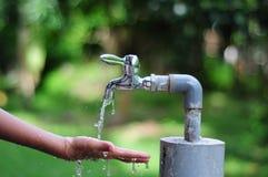 Spara en droppe av vatten Arkivfoto