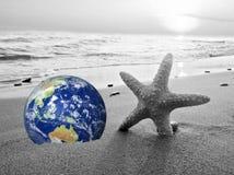 Spara jorden, dator frambragte jord som planeten på en strand Våg som krossar i bakgrunden Begrepp som är passande för miljö stock illustrationer