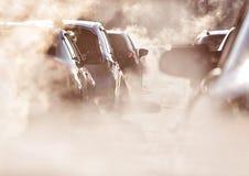 Spara jorden, förorening av miljön vid brännbar gas av en bil, trafikstockning fotografering för bildbyråer