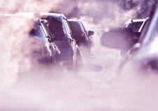 Spara jorden, förorening av miljön vid brännbar gas av en bil, trafikstockning royaltyfri fotografi