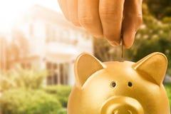 Spara pengar för att förbereder sig ska köpa huset arkivfoto