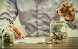 Spara pengar för avgången för finansaffärsidé royaltyfria bilder