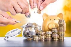 Spara pengar för ditt växa budget- arkivfoton