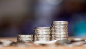 Spara pengar med buntpengarmyntet arkivbild