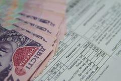Spara pengarbegreppet, nytto- räkning med blyertspennan på pappers- räkningbakgrund Arkivbilder