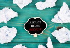 Spara planetbegreppet - skrynkligt papper runt om en svart tavla i form av hjärta och text Reduce återanvänder för att återanvänd royaltyfri bild
