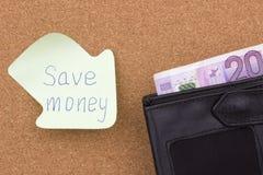 Spara skriftliga pengar på klibbig anmärkning Royaltyfri Fotografi