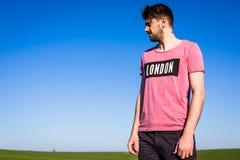 Sparad stilig ung man på gräsplan Fotografering för Bildbyråer