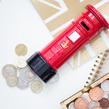 Sparande av dina pengar med gyckel Arkivfoton