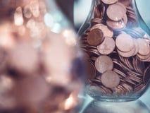 Sparande mynt mot efterkrav Coinback för pengarfinansbegrepp fotografering för bildbyråer