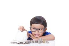 Sparande pengar för pojke royaltyfri bild