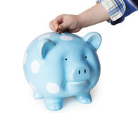 Sparande pengar i en piggybank Arkivfoton