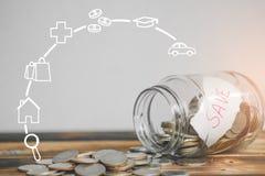 Sparande pengar med handen som sätter mynt i krusexponeringsglas med symboler för affärsstrategi, räddning och investeringpengar arkivbild