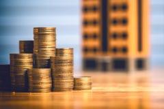 Sparande pengar som köper ett nytt hem Arkivfoton