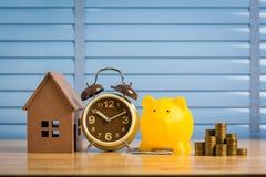 Sparande pengar som köper ett nytt hem av dess egna pengar i spargrisen Lägst kostnad och skatt royaltyfri fotografi