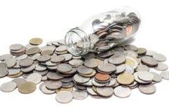 Sparande pengarbegrepp av att samla mynt i glasflaskaisolat Royaltyfri Fotografi