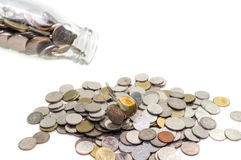 Sparande pengarbegrepp av att samla mynt i glasflaskaisolat Royaltyfri Bild