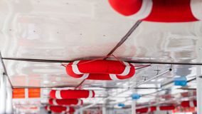Sparande preserver för livboj som hänger på skepptak Royaltyfria Bilder