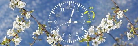 Sparande tid för dagsljus Ändra klockan till sommartid arkivbild