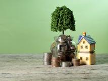 Sparande växa som köper ett hus arkivbilder