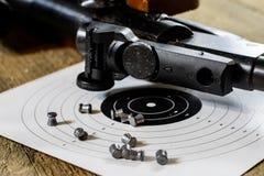sparando, arma pneumatica con lo schermo e fucile da caccia allo shooti fotografie stock